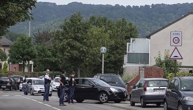 La gendarmeria francesa s'ha desplegat a l'exterior del supermercat de Trèbes