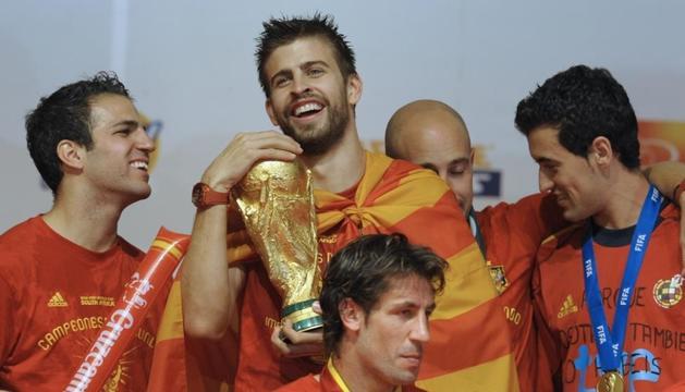 Gerard Piqué amb actuals i antics companys de la selecció espanyola celebrant el Mundial del 2010.