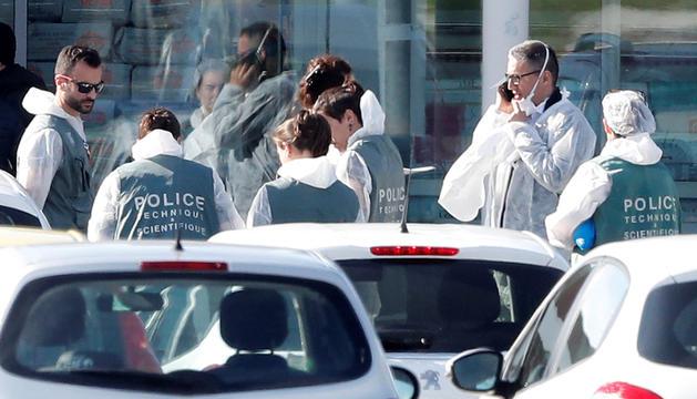 Agents de policia a les portes del supermercat.