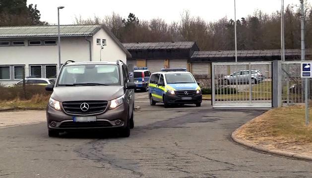 Moment en què el furgó policial trasllada Puigdemont a la presó de Neumünster.