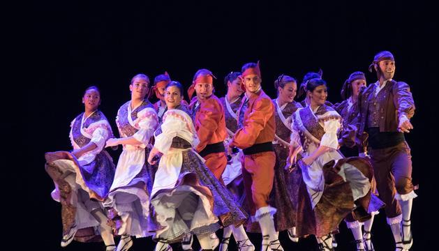 L'Esbart Santa Anna interpretant 'Templo'.
