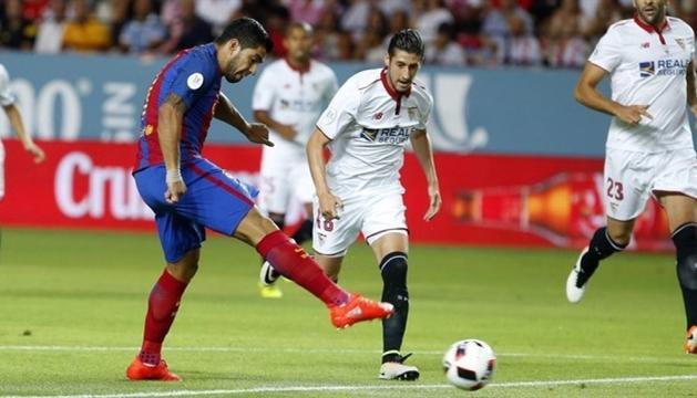 Un instant del duel de la temporada passada entre el Sevilla i el Barça al Sánchez Pizjuán.