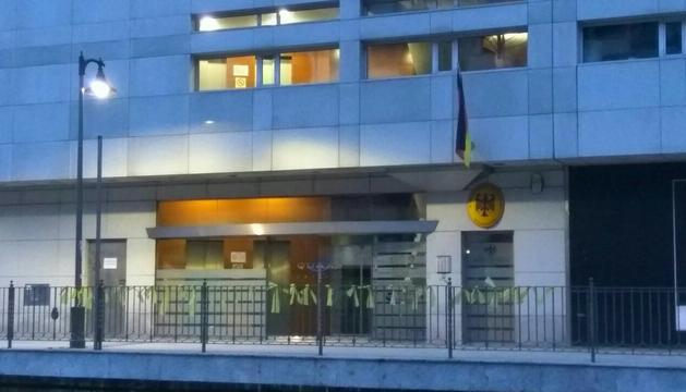 Llaços grocs davant del consolat alemany a Andorra.