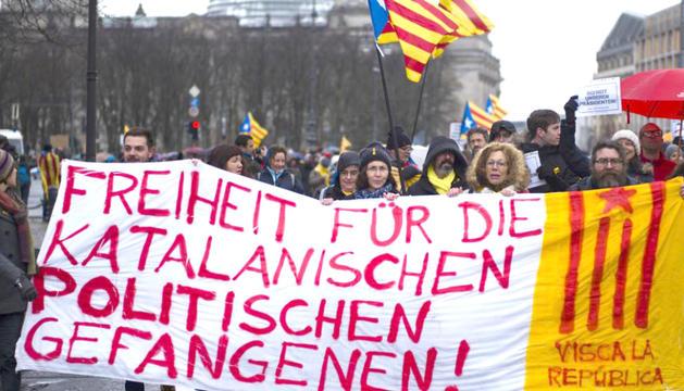 Un grup de persones manifestant-se per demanar l'alliberament de Puigdemont.