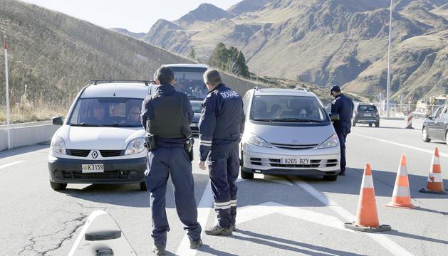 Un control policial en recerca de contraban a França.