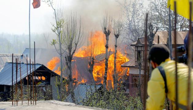 Un habitatge cremant-se a la zona del Caixmir, a l'Índia.