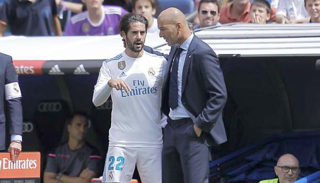A la imatge l'entrenador del Reial Madrid, Zinedine Zidane, i el migcampista Isco Alarcón.