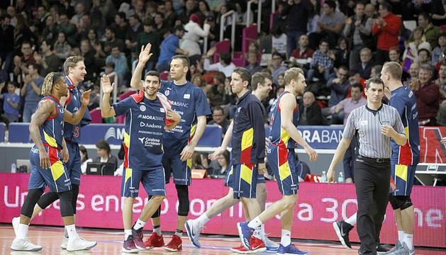 Els jugadors del MoraBanc celebren la victòria davant l'UCAM Múrcia