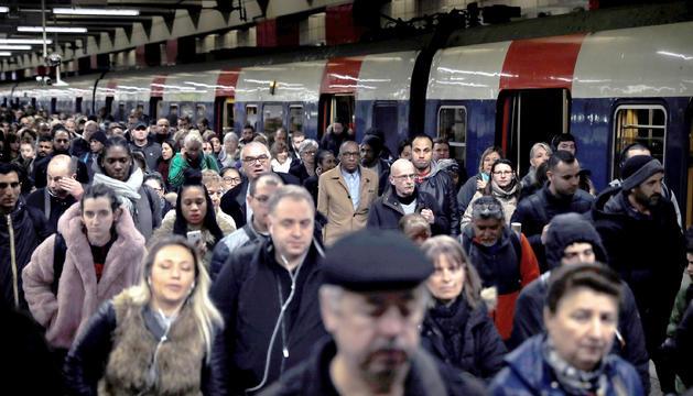 Viatgers sortint d'un tren regional a la Gare du Nord de París.