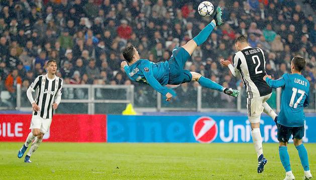 Moment en què Cristiano remata i marca de xilena.