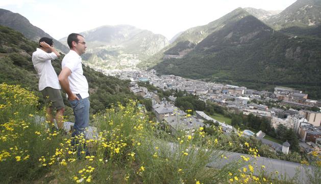 L'exministre Jordi Alcobé en una visita al roc del Patapou en el lloc previst per ubicar l'heliport nacional.