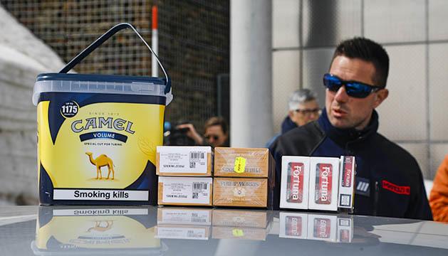Un duaner francès intervé el tabac que portava un vehicle a Porta