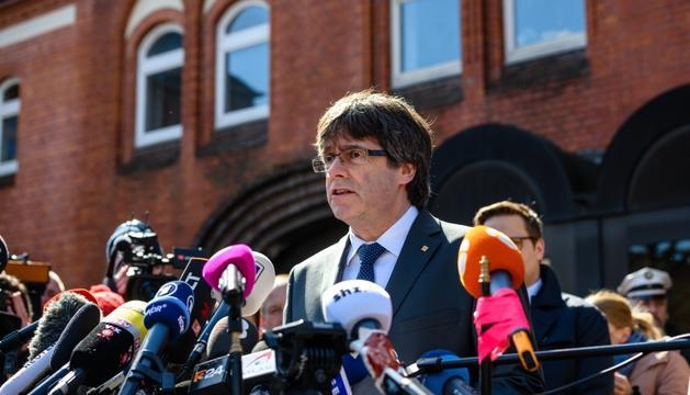 Puigdemont, durant la seva compareixença en sortir de la presó de Neumünster, ahir.