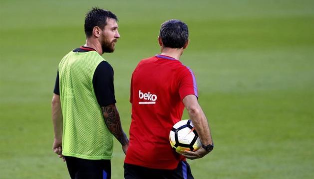 Lionel Messi i Ernesto Valverde junts en un entrenament.