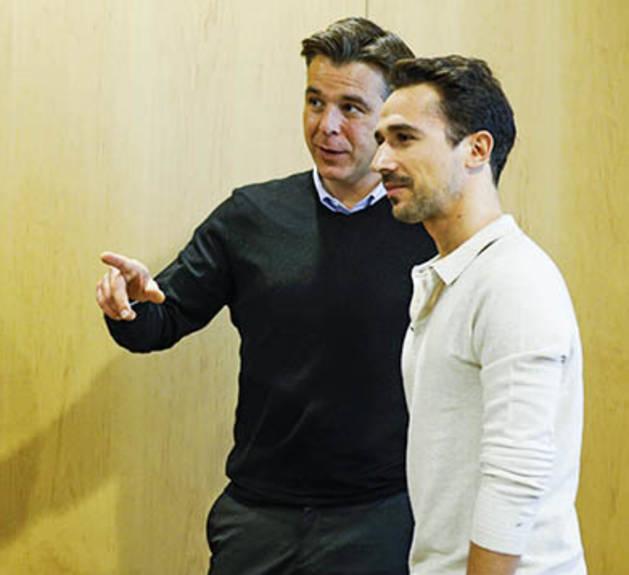 Els 'youtubers' Miquel Román i Euge Oller amb el cònsol menor, Marc Pons