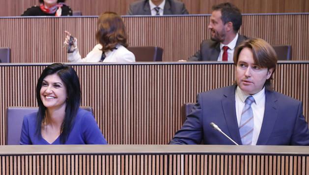 Carles Naudi amb consellers d'UL, PSi Liberals a les bancades del parlament.
