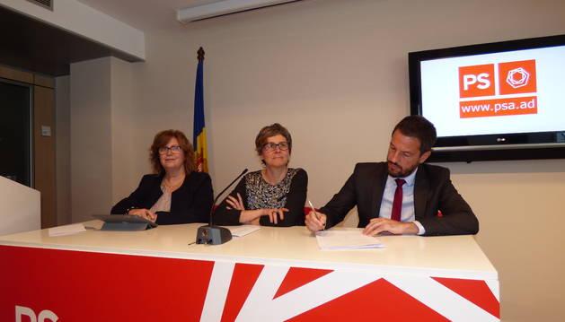 Dolors Carmona, Susanna Vela i Pere López, durant la roda de premsa del PS