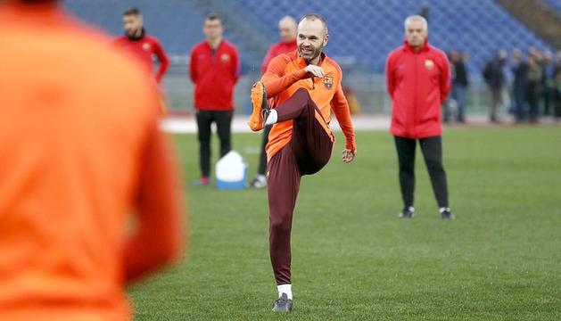 Andrés Iniesta durant l'entrenament que el Barça va fer ahir a l'Estadi Olímpic de Roma.