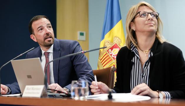 El ministre d'Ordenament Territorial, Jordi Torres, i la tècnic del departament, Mari Martínez