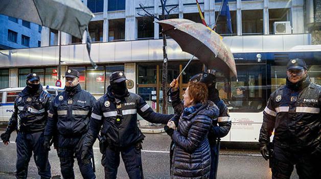 Una senyora intentant creuar fins l'ambaixada
