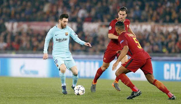 Messi controla l'esfèrica davant la pressió de Juan Jesús.