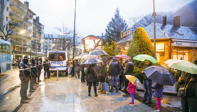 La concentració d'ahir davant l'ambaixada espanyola va aplegar una trentena de persones.