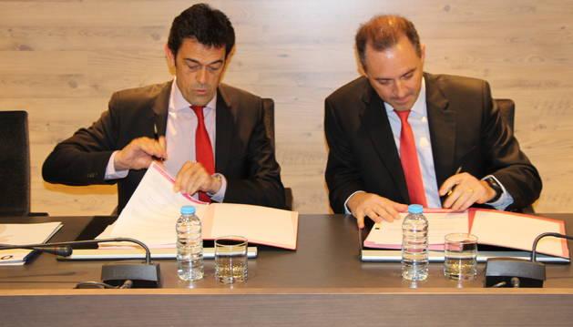 El cònsol major, J.Àngel Mortés, i el director d'Andorra Telecom, durant la signatura de l'acord