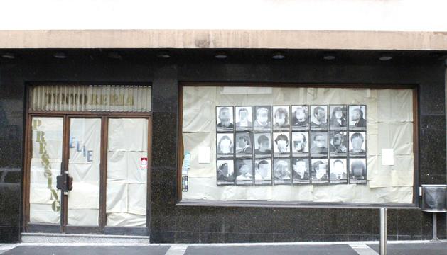 Les fotografies s'exposen en un aparador escaldenc.