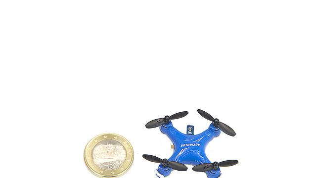Miniaparell de dron amb la midad'una moneda d'un euro de la gamma més senzilla
