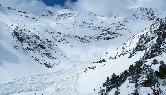 La caiguda de la neu arriba fins el fons del Pla de l'estany i cobreix el refugi no guardat