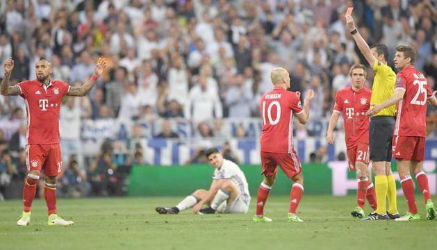 Moment en què Viktor Kassai expulsa Arturo Vidal.