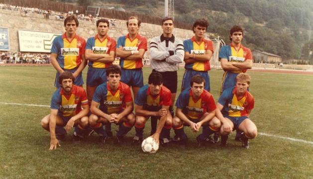 L'onze inicial de l'FC Andorra abans de jugar contra el Barça al Comunal, l'agost del 1986.