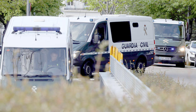 Els furgons policials traslladant Junqueras, Sànchez i Cuixart, ahir.