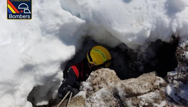 Els bombers rescaten un gos al Pas de la Casa
