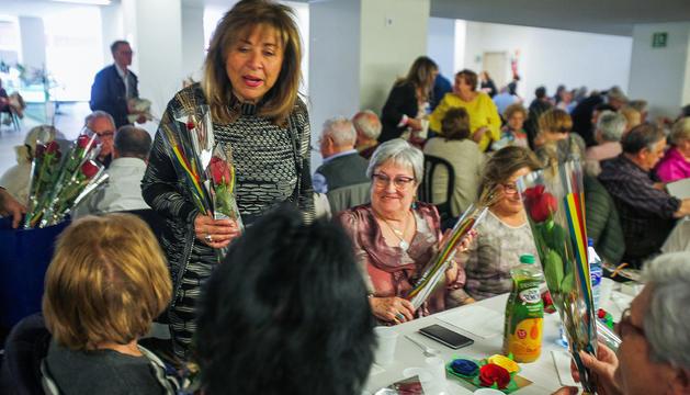 La cònsol major d'Andorra la Vella, Conxita Marsol, repartint roses i llibres als padrins