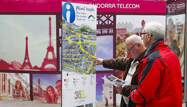 Turistes davant d'un plànol de carrers a Andorra la Vella