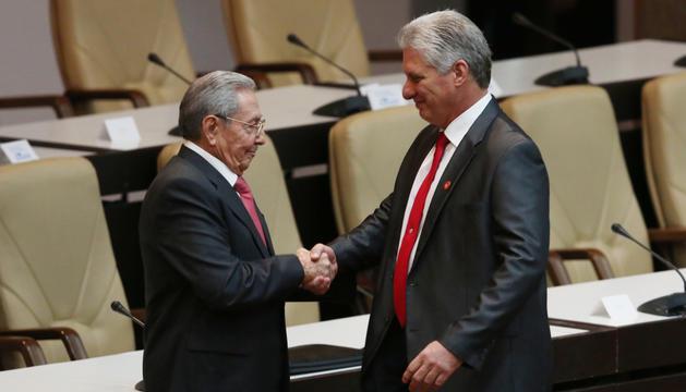 Miguel Díaz-Canel és felicitat per Raúl Castro, ahir.