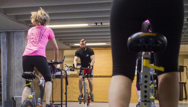 L''spinning' permet cremar calories damunt una bicicleta.
