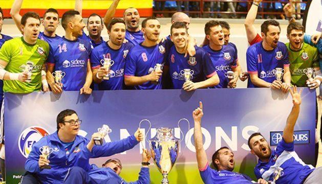 Els jugadors del Sideco FC Encamp celebren el títol.