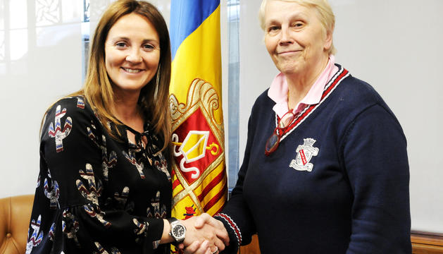 La ministra Olga Gelabert, i la directora del cor, Catherine Metayer.