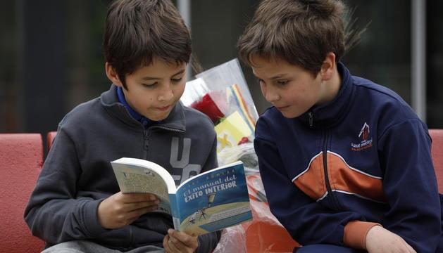 Els infants tenen tallers de lectura i contacontes per la celebració de Sant Jordi