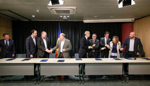 Toni Martí, Albert Moles i els cònsols en l'acte de signatura del conveni
