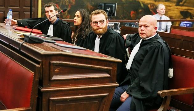 Els advocats d'Abdeslam i Ayari, ahir durant la lectura de la sentència.