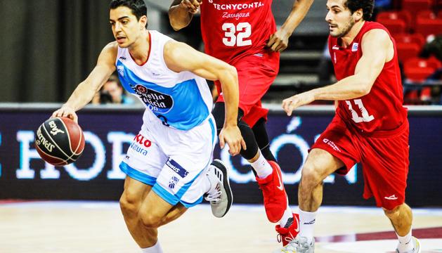 David Navarro en un duel anterior d'aquesta temporada amb el Monbús Obradoiro.