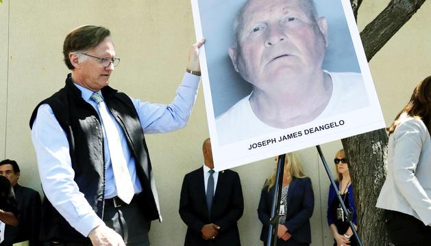 Un agent de policia amb una imatge del detingut, ahir.