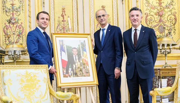 Toni Martí i Vicenç Mateu amb Emmanuel Macron durant la visita que van fer a l'Elisi el juliol passat.