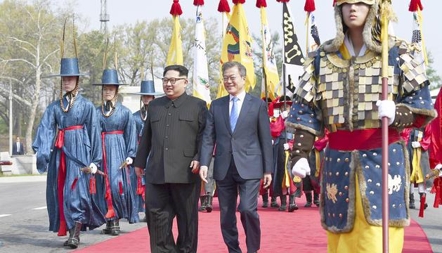 Kim i Moon, ahir durant la seva trobada a la frontera intercoreana.