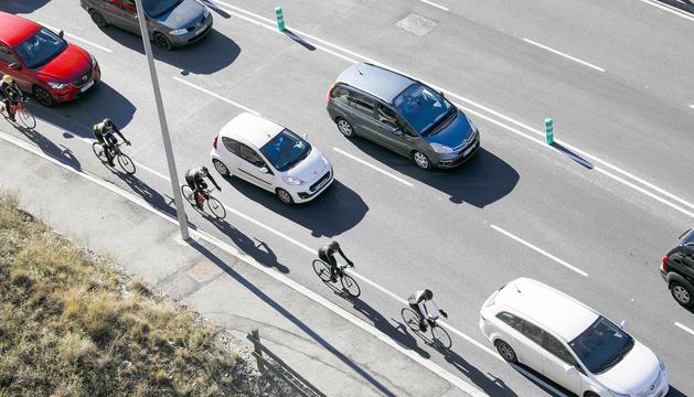 Un grup de ciclistes circulant pel carril bici de Sant Julià de Lòria.
