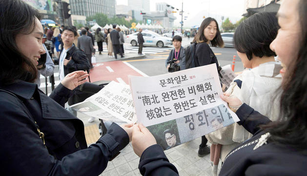 Imatges dels diaris nord-coreans explicant la trobada i l'acord de desnuclearització.