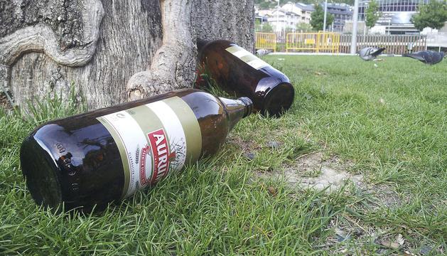 Ampolles de cervesa en un parc d'Andorra la Vella.
